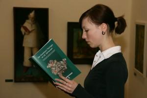 Vertieft im Museum Anja Eisenbrandt